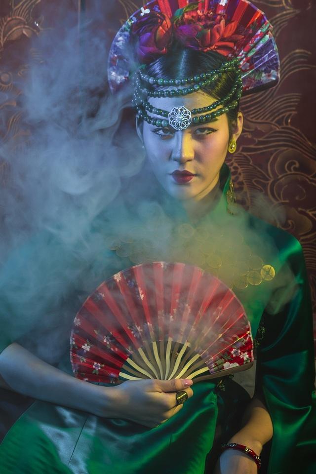 Hạ Vy, Phan Hà Phương khiến du khách quốc tế trầm trồ với áo dài cổ - 5