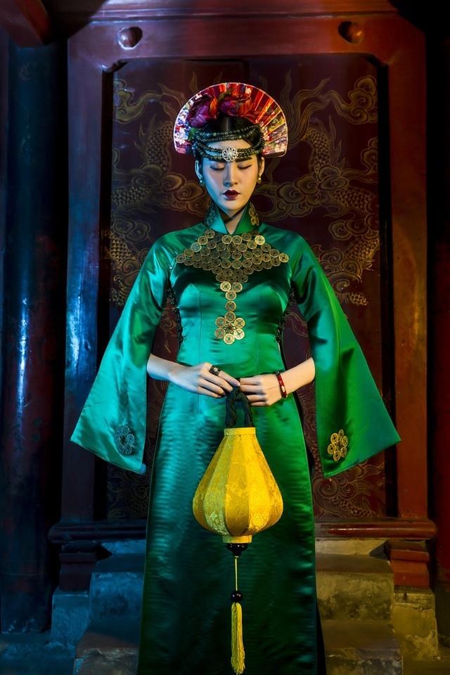Hạ Vy, Phan Hà Phương khiến du khách quốc tế trầm trồ với áo dài cổ - 4