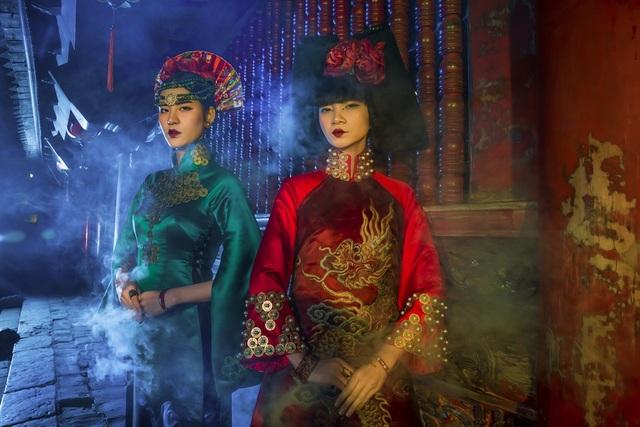 Hạ Vy và Phan Hà Phương toát lên sự mạnh mẽ đầy ma mị, từ thần thái cho tới ánh mắt.