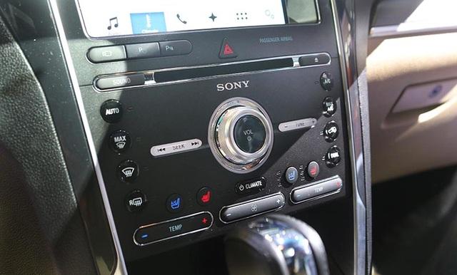 Xe được trang bị hệ thống điều khiển bằng giọng nói SYNC thế hệ thứ ba, màn hình TFT cảm ứng 8 inh đa điểm