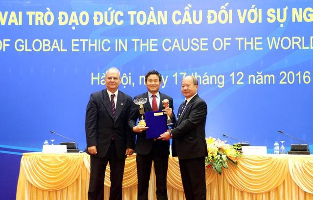 Ông Nguyễn Hồng Sơn- Phó Tổng Giám đốc Chubb Life Việt Nam, đại diện công ty nhận 2 giải thưởng từ Tổ chức Liên hiệp các Hội UNESCO
