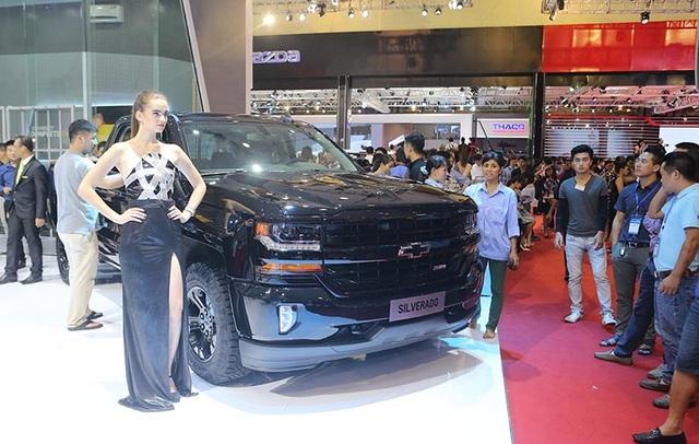 """Lần đầu tiên được giới thiệu tại Việt Nam, Chevrolet Silverado là biểu tượng bán tải của nước Mỹ với động cơ 5.3L Ecotec3 V8. Đây là mẫu xe đã 2 năm liên tiếp giành giải thưởng """"Xe có chất lượng tốt nhất phân khúc bán tải hạng nặng"""" từ J.D.Power."""