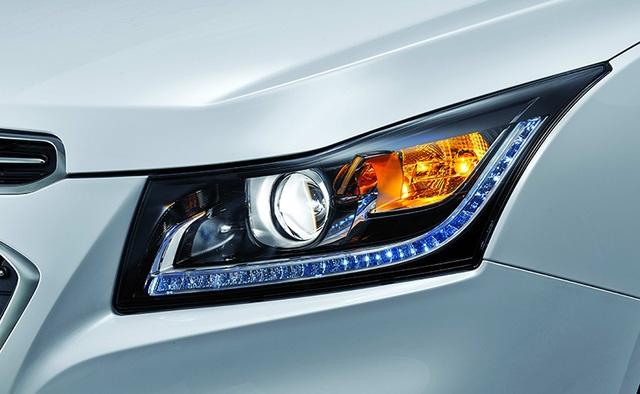 Cruze mới có thiết kế được cải tiến với cụm đèn LED chiếu sáng ban ngày tích hợp với đèn pha dạng thấu kính mới thay cho đèn halogen trước đó ở phần đầu xe.