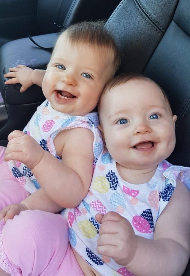 Katie sinh hai bé Charlotte và Olivia tháng 12/ 2015