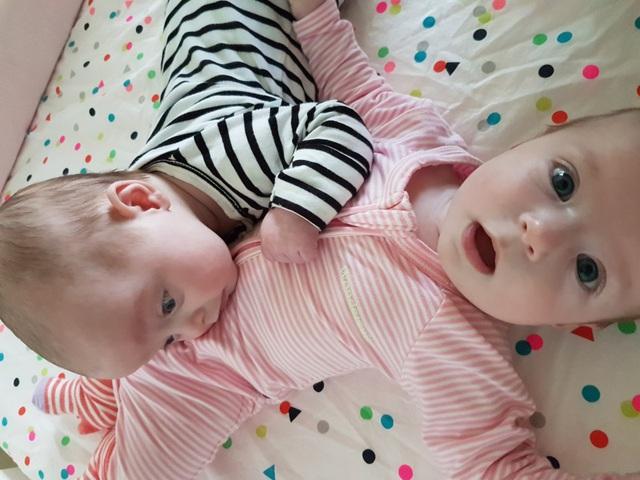 Charlotte và Olivia là hai chị em sinh đôi không cùng trứng, sinh cùng lúc