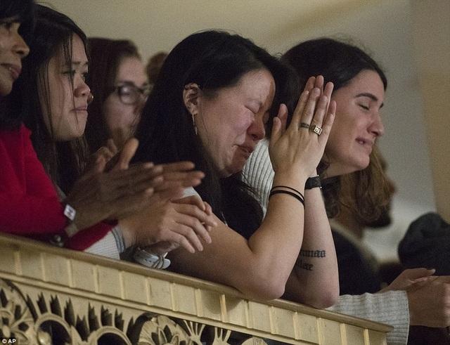 Những người ủng hộ nghẹn ngào trong khán phòng bà Clinton phát biểu. (Ảnh: AP)