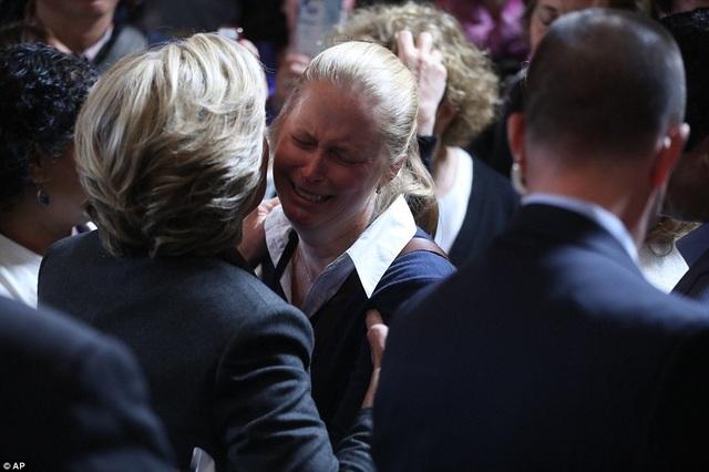 Một phụ nữ nghẹn ngào khi nói chuyện với bà Clinton sau bài phát biểu. (Ảnh: AP)