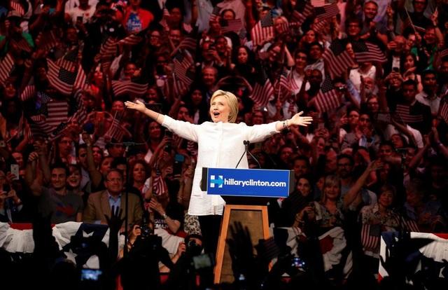 Cựu Ngoại trưởng Mỹ Hillary Clinton rạng rỡ trong bài phát biểu trước đám đông ủng hộ trong cuộc vận động cử tri ở New York ngày 7/7. Việc bà Clinton được chọn làm ứng viên tổng thống đại diện cho một chính đảng lớn ra tranh cử vào Nhà Trắng đã khiến nhiều người dân hy vọng về một nữ tổng thống đầu tiên trong lịch sử nước Mỹ. Tuy nhiên, ứng viên đảng Dân chủ đã chấp nhận thất bại trước đối thủ Donald Trump trong cuộc bỏ phiếu cuối cùng hôm 8/11. (Ảnh: Reuters)
