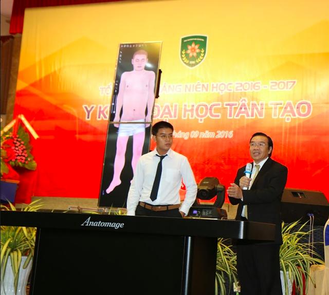 Đại học Tân Tạo trình diễn máy Anatomage table với quý quan khách và sinh viên TTU trong lễ khai giảng.