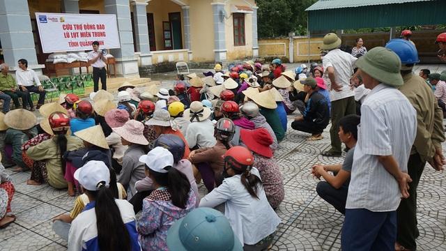 Bà con nhân dân xã Thanh Thủy có mặt từ rất sớm ngày 23/11 để nhận quà