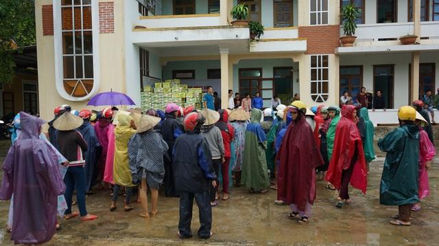 Mặc dù trời mưa rất lớn nhưng người dân xã Xuân Trạch vẫn có mựt đông đủ để nhận quà.