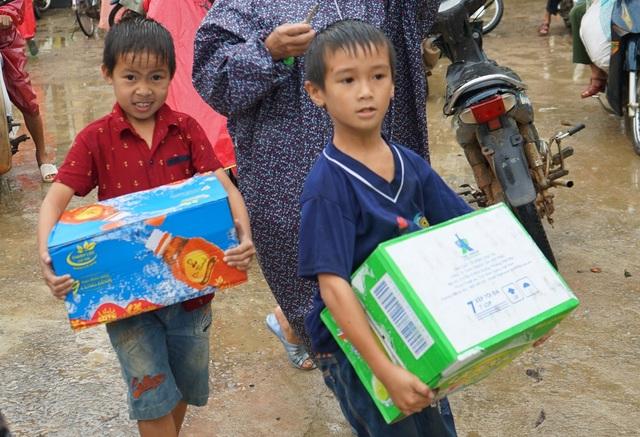 Hai em bé ở xã Hải Ninh, nơi chịu thiệt hại nặng từ sự cố môi trường biển và lũ, đến nhận quà