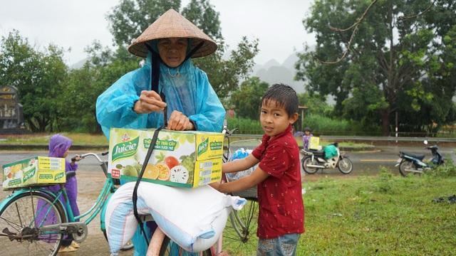Bà Khởi cùng cháu trai ở xã Xuân Trạch vận chuyển quà về nhà