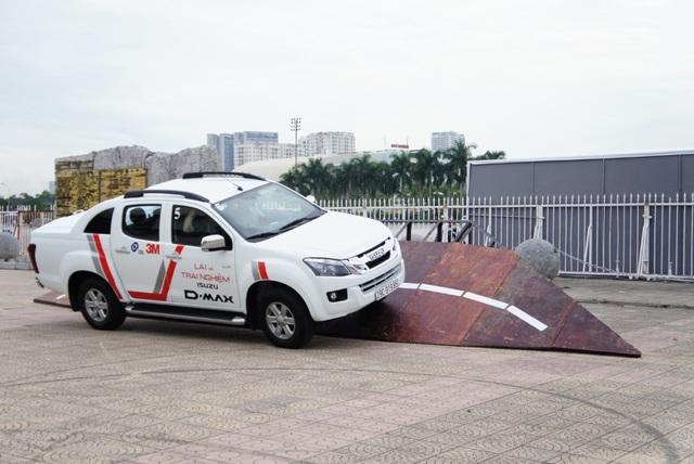 Chiếc D-Max đang vượt qua thử thách tại sự kiện ở Hà Nội