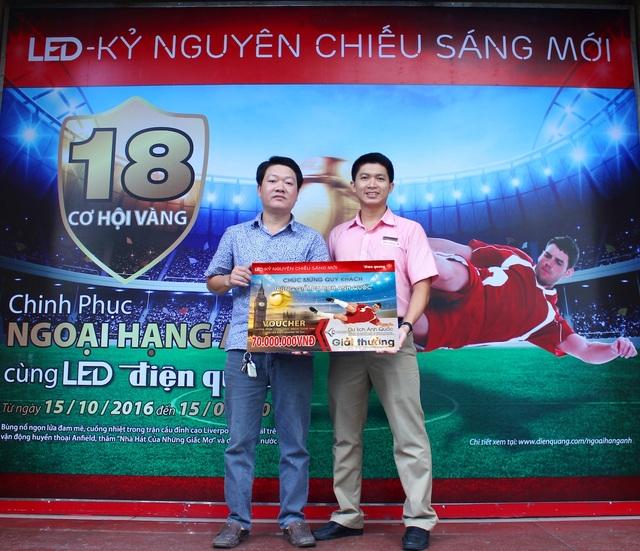 Đại diện Điện Quang trao thưởng và chụp ảnh cùng người tiêu dùng may mắn trúng cơ hội đến sân Old Trafford, xem trực tiếp trận đấu Liverpool và Arsenal và du lịch Anh Quốc