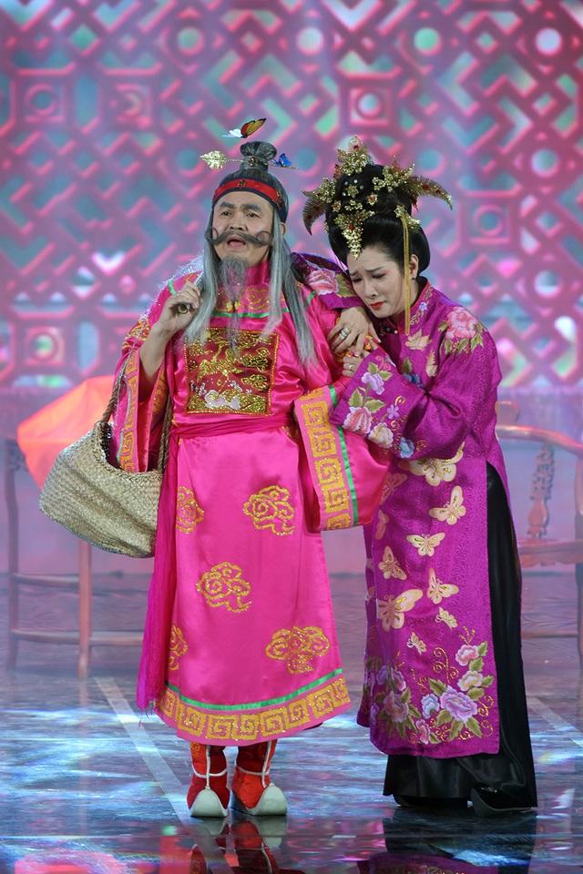 Ông Tơ, bà Nguyệt là tiểu phẩm không chỉ có kịch mà còn có cả âm nhạc. Giọng ca ngọt ngào của 2 nghệ sĩ Xuân Hinh - Thanh Thanh Hiền không chỉ làm cho tiểu phẩm mềm mại hơn mà còn mang đến nhiều màu sắc thú vị.