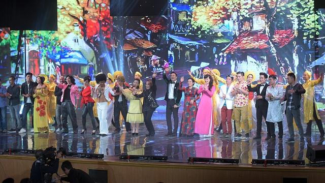Các nghệ sĩ chào kết ở cuối chương trình. Gala Cười 2017 sẽ được phát trên sóng VTV vào mồng 2 Tết Nguyên đán.