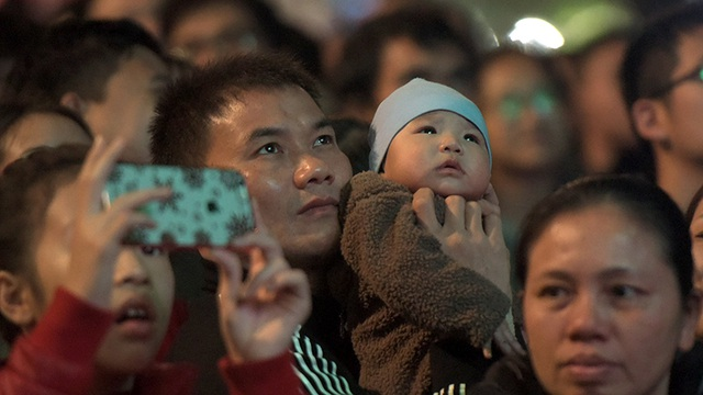 Em bé Hà Nội chờ đón năm mới đầu tiên trong đời. (Ảnh: Mạnh Thắng)