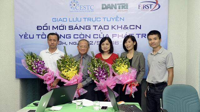Ông Phạm Tuấn Anh, Phó Tổng Biên tập Báo Dân trí (bìa phải) tặng hoa các khách mời của chương trình.