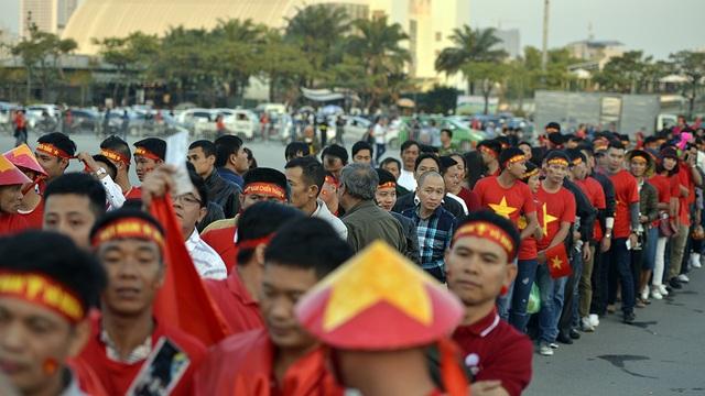 Ngay từ 17h, các cổ động viên Việt Nam đã xếp hàng chờ vào sân