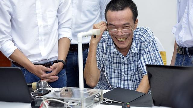Thành viên giám khảo Nguyễn Nhật Quang - Phó Chủ tịch VINASA đích thân lên trải nghiệm sản phẩm.