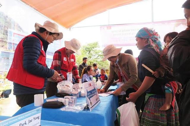 Hơn 600 đồng bào xã Suối Giàng được thăm khám, cấp phát thuốc miễn phí.