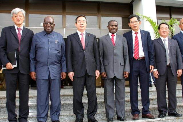 Trưởng ban Kinh tế Trung ương Nguyễn Văn Bình (thứ ba từ trái sang) trước phiên hội kiến với Uỷ viên Bộ Chính trị, Tổng thư ký Đảng Phong trào Nhân dân Giải phóng Angola (MPLA) Antonio Paulo Kassoma