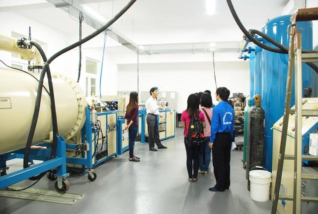 Các bạn sinh viên và học sinh thăm quan phòng thí nghiệm vật lý hạt nhân