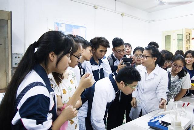 Các em học sinh được tận mắt chứng kiến những thí nghiệm khoa học thực thụ, điều mà những sinh viên của ĐH Khoa học Tự nhiên thực hiện hàng ngày