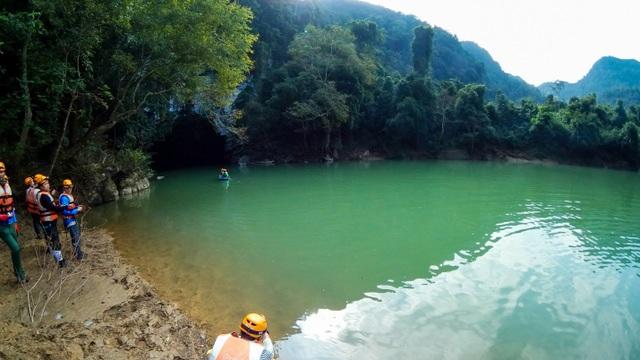 Ảnh chụp từ 1 camera của Gear 360 cho góc rộng 195 độ. Nước tại tất cả ao hồ sông suối ở đây đều có màu xanh ngọc bích tuyệt đẹp. (Ảnh: Tuấn Lê)