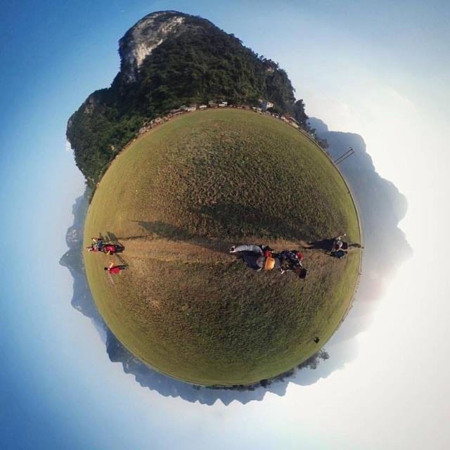 """Dùng Gear 360 và một chút thủ thuật với ứng dụng Tiny Planet, """"selfie"""" cùng Tú Làn, có ngay tấm ảnh check – in độc đáo trên Facebook cực kỳ nhanh gọn qua Galaxy S7 edge. (Ảnh: Cù Đình Kiên)"""