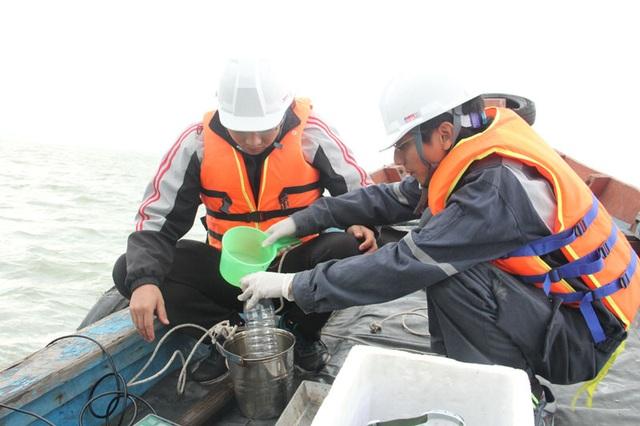 Đoàn công tác tiếp tục lấy mẫu nước biển quanh KCN Formosa để kiểm tra độ an toàn.
