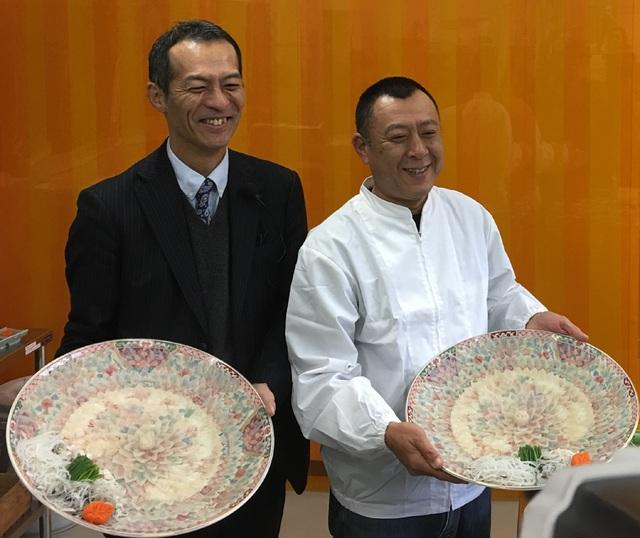 Các thành viên của trang trại nuôi cá Choshu Nagato Suisan tại thành phố Nagato khoe các đĩa cá nóc được trang trí đẹp mắt. (Ảnh: An Bình)
