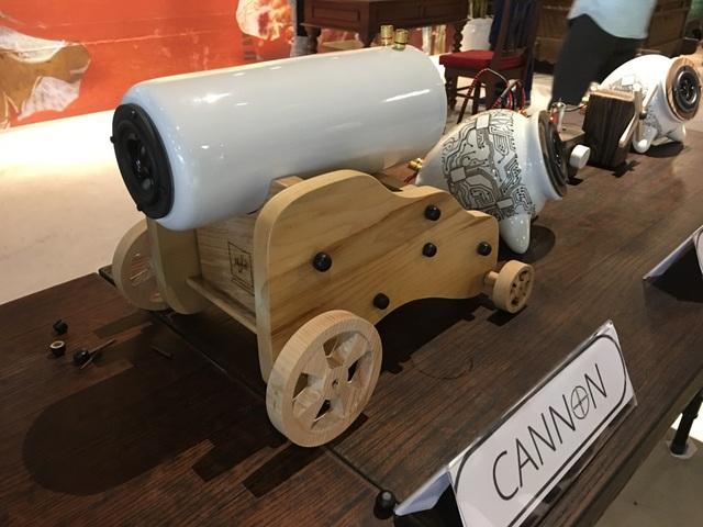 loa hình trụ đặt lên giá hình khẩu súng đại bác (Canon)