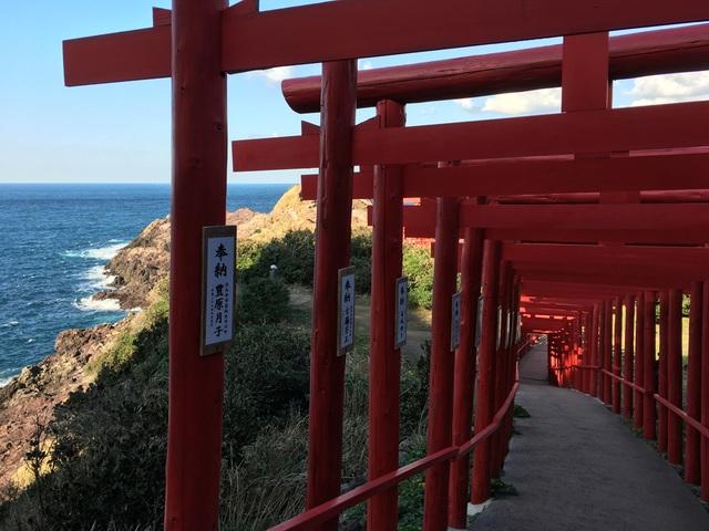 Đường hầm ngoài trời tại đền Motonosumi Inari (Ảnh: An Bình)