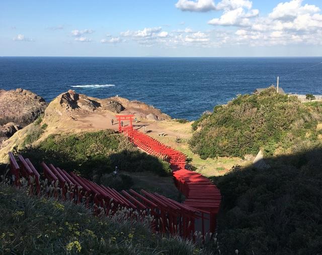 Đền Motonosumi Inari tọa lạc giữa thiên nhiên hùng vĩ, với 123 cổng Torii trải dài từ trên núi xuống vách đá hướng ra biển. (Ảnh: An Bình)