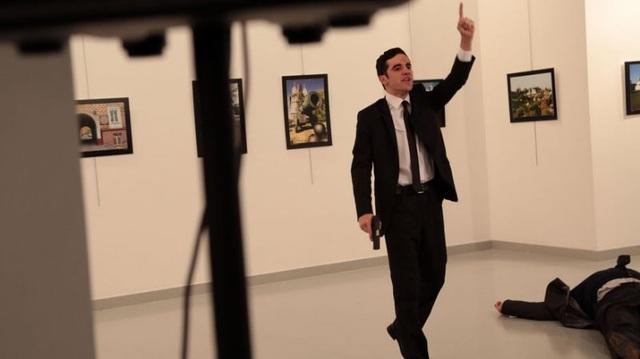 Ngày 19/12/2016, Đại sứ Nga tại Thổ Nhĩ Kỳ Andrey Karlov đã bị tay súng Mevlut Mert Altintas sát hại bên trong một phòng triển lãm ở thủ đô Ankara. Thủ phạm, được xác định là một cảnh sát thuộc lực lượng chống bạo động Thổ Nhĩ Kỳ, sau đó đã bị tiêu diệt ngay tại chỗ. (Ảnh: AP)