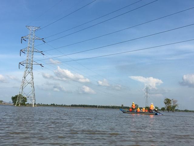"""""""Lính truyền tải"""" làm công tác kiểm tra an toàn hàng lang lưới điện mùa nước nổi"""