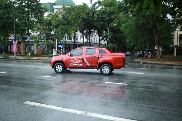 Cơn mưa lớn trong sự kiện lái thử tại Vinh vừa qua cũng là dịp để khách hàng thử nghiệm khả năng vận hành của mu-X và D-Max