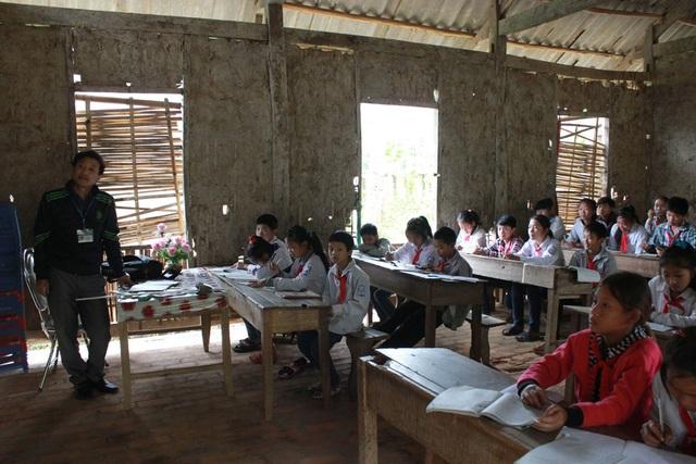 Phòng học tạm bợ bằng tranh tre nứa lá của trường THCS Chiềng Sơ một năm về trước khi báo Dân trí khảo sát và phản ánh đến bạn đọc