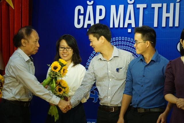 Nhà báo Phạm Huy Hoàn, TBT Báo điện tử Dân trí, Trưởng BTC Giải thưởng Nhân tài Đất Việt 2016 tặng hoa và giấy chứng nhận cho các đội lọt vào vòng Chung khảo.