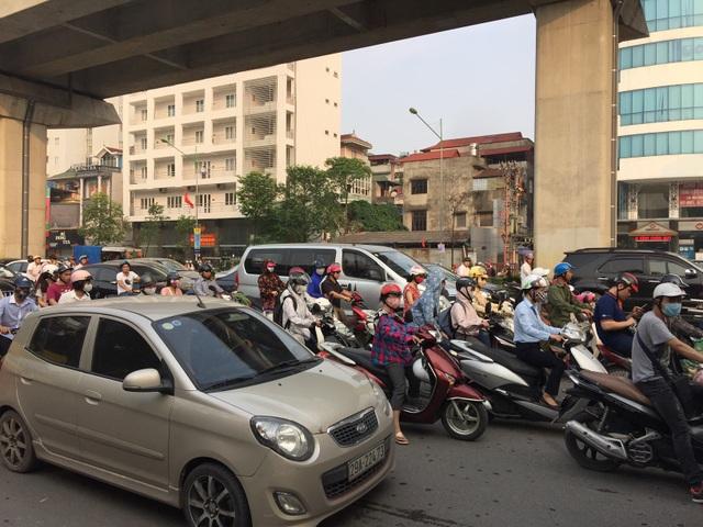 Sáng sớm ngày khai trường, giao thông ùn ứ cục bộ tại một số điểm. (Ảnh: Kim Tân)