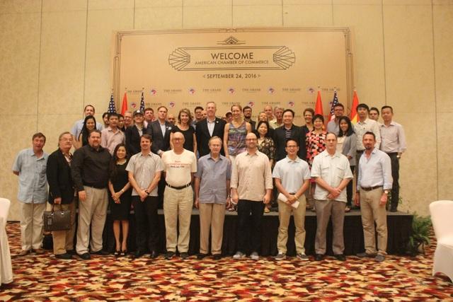 Michael Kelly của ACDL, Giám đốc AmCham Adam Sitkoff, Đại sứ Hoa Kỳ Ted Osius cùng các thành viên AmCham