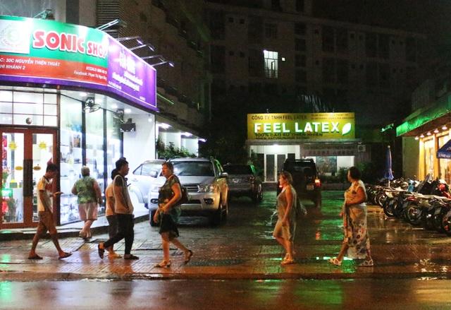 Du khách Nga trên đường phố Nha Trang vào tháng 12 năm 2016