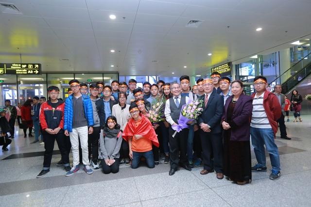Hân hoan đón đoàn học sinh thi Vô địch Toán quốc tế trở về - 1