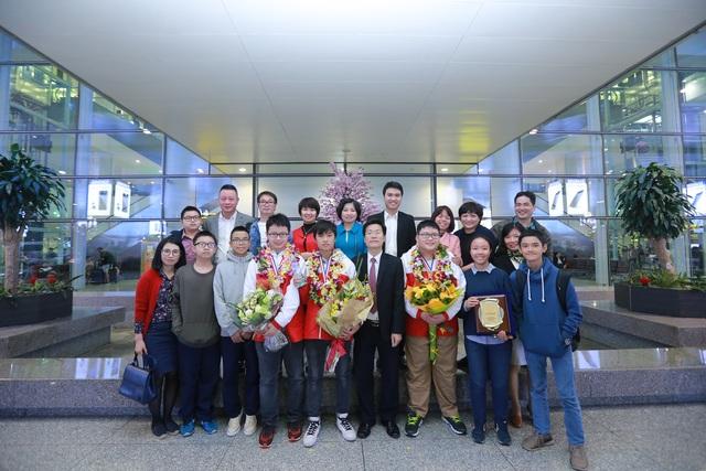 Hân hoan đón đoàn học sinh thi Vô địch Toán quốc tế trở về - 6