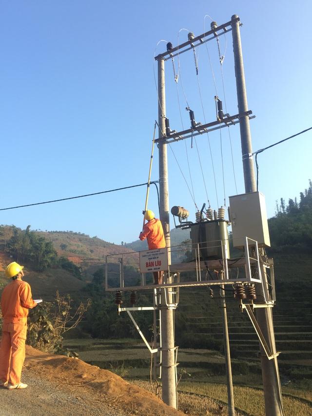 Cán bộ, nhân viên EVNNPC kéo điện tới những thôn, bản cuối cùng của Sơn La đến nay vẫn chưa có điện.
