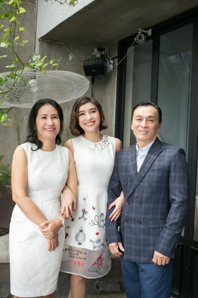 """Tiêu Châu Như Quỳnh suýt khóc khi """"tạ lỗi"""" với bố mẹ cận Tết - 4"""
