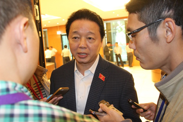 Bộ trưởng Trần Hồng Hà nói về việc xử lý cán bộ vụ Formosa bên lề hành lang Quốc hội sáng nay. (Ảnh: Thế Kha)