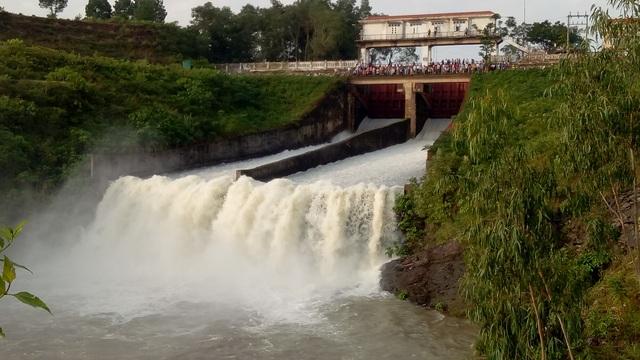 Hà Tĩnh bắt đầu mở tràn xả lũ công trình thủy lợi hồ Kẻ Gỗ lúc 7h sáng nay. (Ảnh: Văn Dũng)